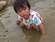 子ども達が泥遊び