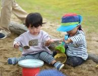 朝の園庭遊びとお団子作り